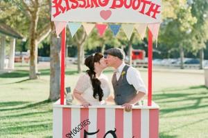 DIY-Kissing-Booth