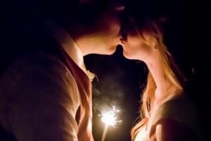 diy-illuminated-kiss-pose