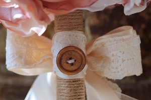diy-button-bow-bouquet-wrap