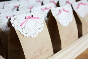 diy-doily-closure-favor-bags